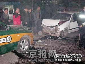 图为与出租车相撞事故现场